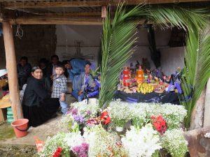 ein geschmücktes Grab mit den Angehörigen